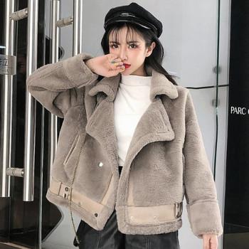 Елегантно дамско късо палто с джобове в бял и сив цвят