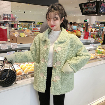 Пухено дамско палто с джобове в зелен и бежов цвят