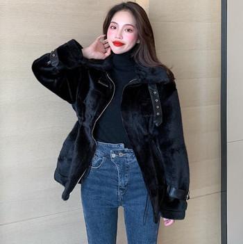 Дамско вталено пухено палто с кожени елементи в черен и бял цвят