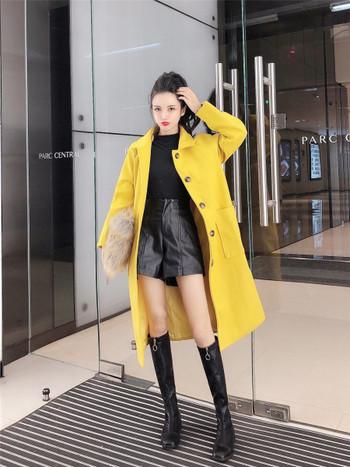 Актуално дамско  есенно-зимно палто с джобове и копчета в жълт и бял цвят