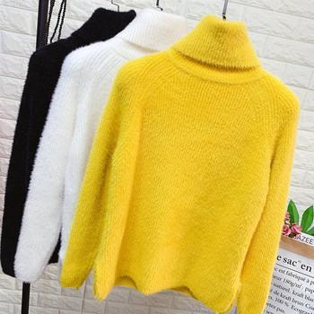 Модерен дамски пуловер с висока яка и дълъг ръкяв