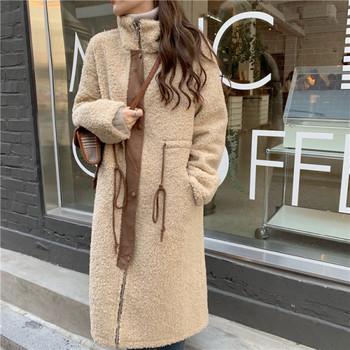 Дамско актуално дълго палто в бежов цвят с висока яка