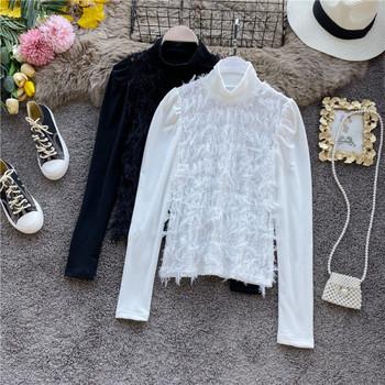 Стилна дамска блуза с висока яка и пискюли в черен и бял цвят
