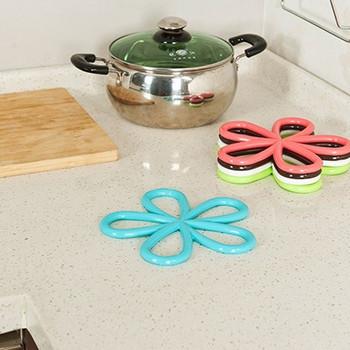 PVC подложка за топли съдове с формата на цвете в кафяв, син, розов и бял цвят
