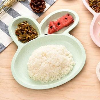 Пластмасова чиния с три разделения във формата на заек в син, зелен, бежов и розов цвят