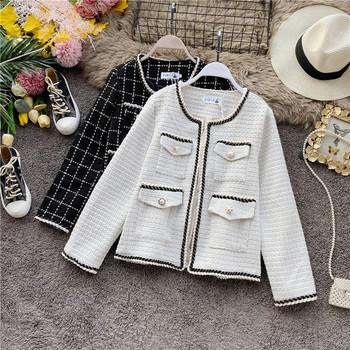 Дамско стилно палто в ретро стил с джобове в бял и черен цвят