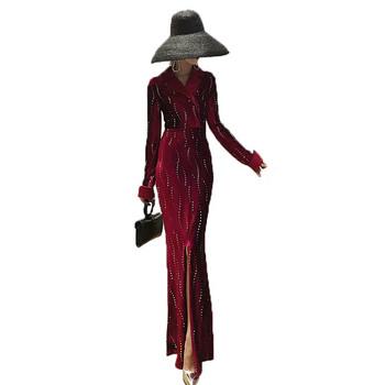 Елегантна дълга дамска рокля с шпиц деколте и цепка в бордо и черен цвят