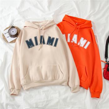 Дамски суичър в оранжев и бежов цвят широк модел с надпис и джоб