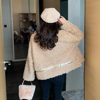 Нов модел дамско палто с джобове - широк модел в бежов цвят
