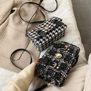 Карирана дамска чанта с катарама и дълга дръжка в черно-бял цвят