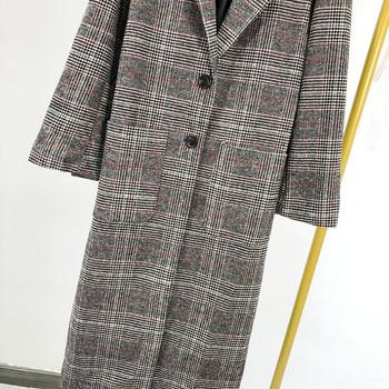 Дълго пролетно-есенно карирано палто с джобове и копчета в сив цвят