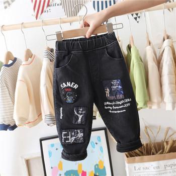 Детски дънки за момчета с мека подплата и емблеми в черен цвят