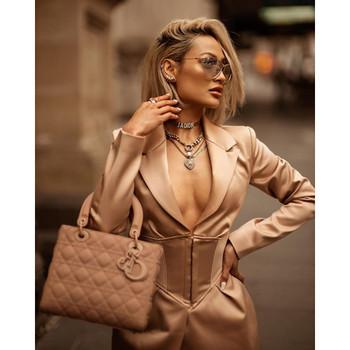 Κομψό γυναικείο κοντό φόρεμα με μακριά μανίκια και βαθιά λαιμόκοψη σε ροζ χρώμα