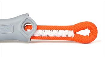 Въже за безопасно скално катерене с две метални куки в оранжев цвят