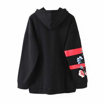 Модерен дамски суичър с качулка и флорална апликация на ръкава в черен цвят