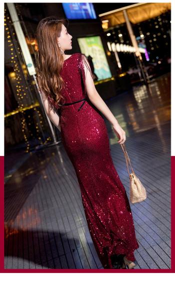 Νέο μοντέλο γυναικείο φόρεμα  με γυαλιστερό εφέ και λαιμόκοψη σε μαύρο και μπορντό χρώμα