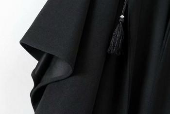 Пролетно-есенно палто тип пончо с връзки и качулка в черен цвят
