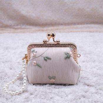 Μικρό πορτοφόλι ρετρό στυλ με κεντήματα και διακόσμηση πέρλες σε μπεζ και λευκό χρώμα
