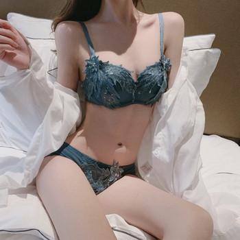 Дамски дантелен сутиен с подплънки и тънки презрамки
