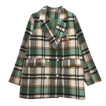 Карирано дамско палто с V-образна яка и цветна апликация