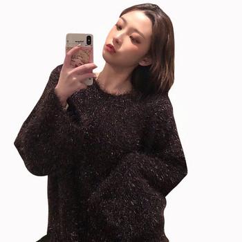 Актуален дамски пуловер в черен цвят с овално деколте