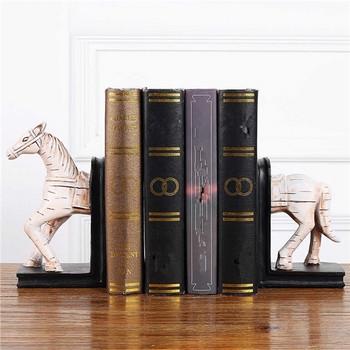 Поставка за книги и списания от смола със скулптура на кон