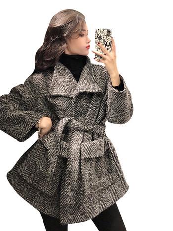 Зимно дамско палто с колан на талията и джобове