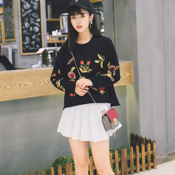 Свеж дамски пуловер с бродерия в три цвята